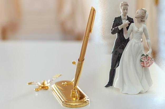 Vintage porseleinen miniatuur beeldje van de bruid en bruidegom gouden handvat bruiloft accessoires