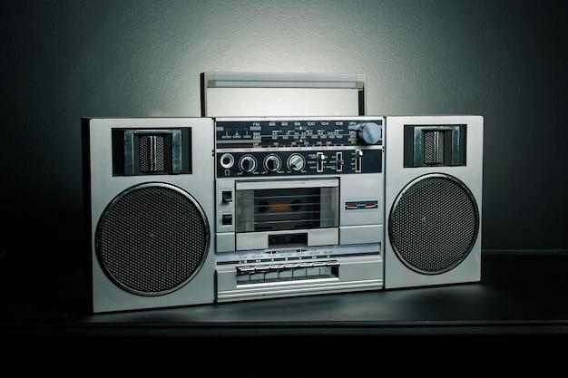 Vintage radio-boombox op donkere achtergrond
