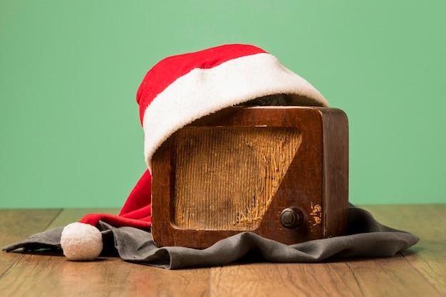 Vintage radio met kerstman hoed