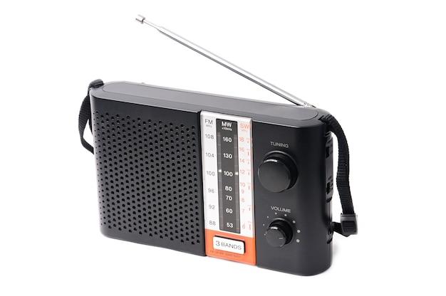Vintage radio voor het luisteren naar radioprogramma's op een afgelegen wit