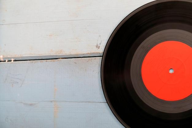 Vintage record lp, smartphone en koptelefoon op de houten achtergrond