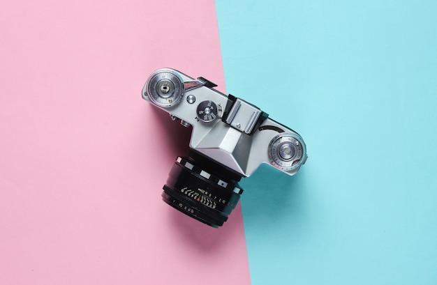 Vintage retro filmcamera op roze blauw.