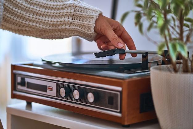 Vintage retro vinyl draaitafel met plaat