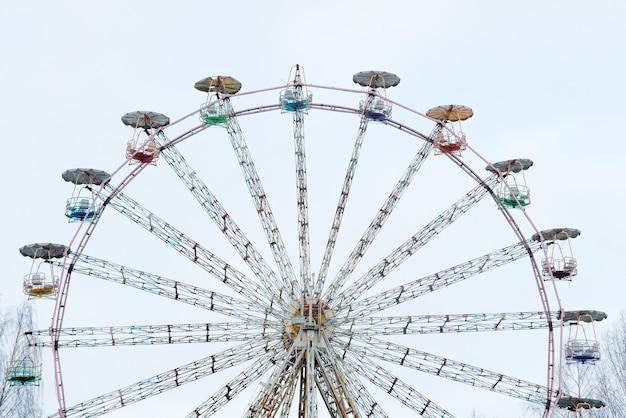 Vintage reuzenrad. kleurrijke oude carrousel bij circus