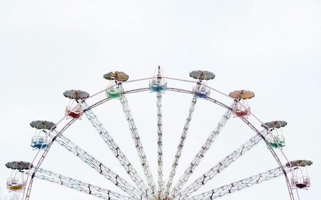 Vintage reuzenrad. oude carrousel bij circus met kopie ruimte voor tekst.