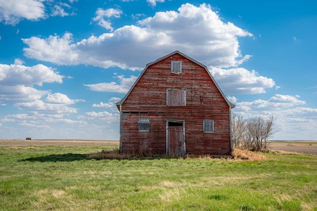 Vintage rode schuur op de prairies in de buurt van white bear, saskatchewan