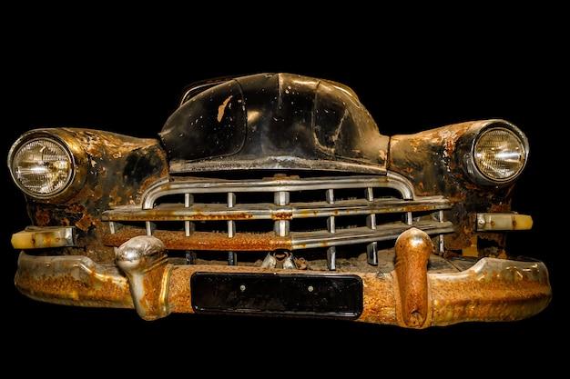 Vintage roestige auto geïsoleerd op zwarte achtergrond