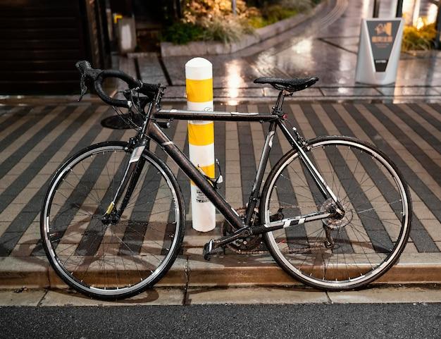Vintage roestige fiets buitenshuis
