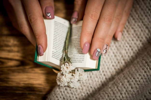 Vintage roman boeken met boeket bloemen op oude houten achtergrond. mini boek.