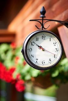 Vintage rond horloge dat tijd in openlucht toont
