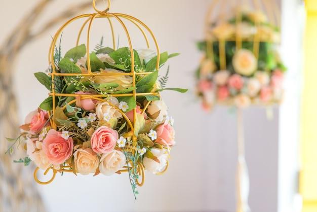 Vintage roos in hangende manden decoratieve bruiloft