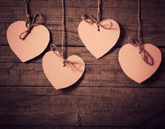 Vintage roze herts op houten achtergrond