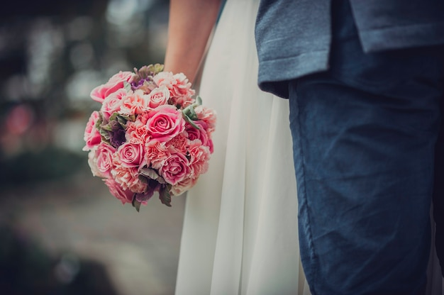 Vintage rozenboeket in de handen van een pas getrouwde vrouw