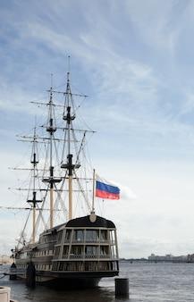 Vintage schip bij de haven