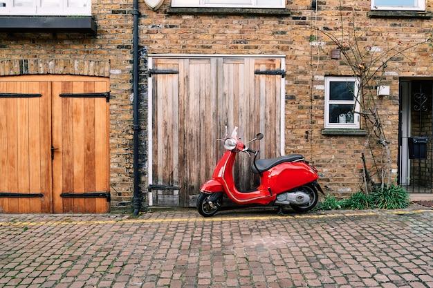 Vintage scooter op geplaveide straat