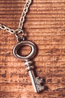 Vintage sleutel op de houten sjofele achtergrond