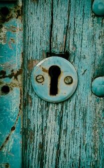 Vintage sleutelgat in een oude deur