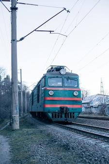 Vintage snelle trein voorzijde op spoorweg