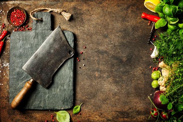 Vintage snijplank, vleesmes en kookingrediënten