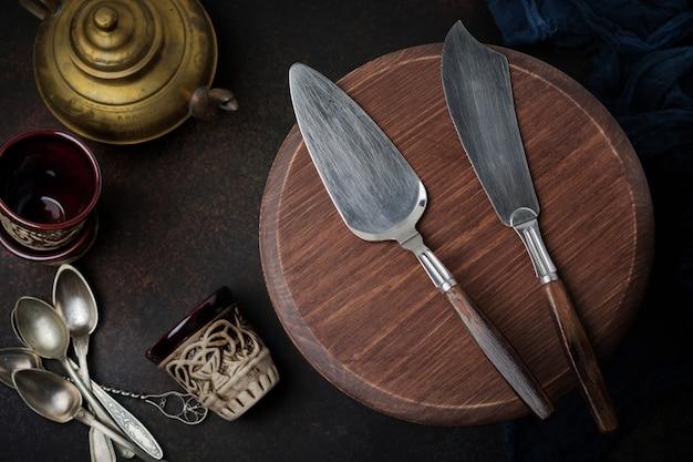 Vintage spatel en mes voor taarten op een donkere betonnen ondergrond