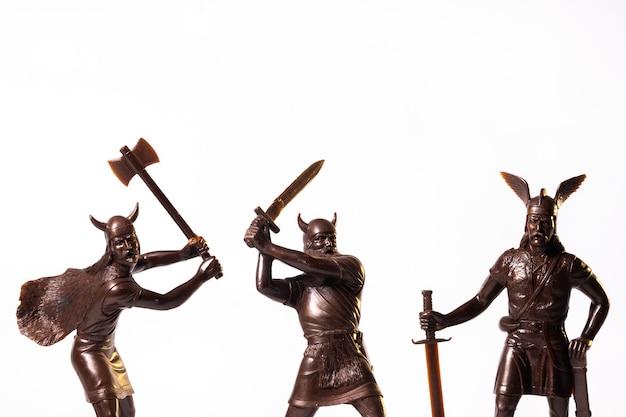 Vintage speelgoed brown viking soldaten geïsoleerd op witte achtergrond