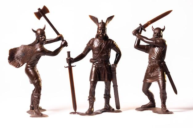 Vintage speelgoed bruin viking soldaten geïsoleerd op een witte achtergrond.