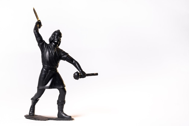 Vintage speelgoed bruine viking soldaat geïsoleerd op een witte achtergrond.