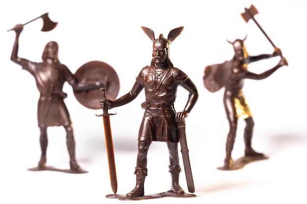 Vintage speelgoed bruine viking soldaten geïsoleerd op een witte achtergrond.