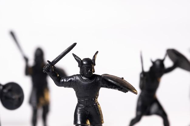 Vintage speelgoed zwarte viking soldaten geïsoleerd op een witte achtergrond.