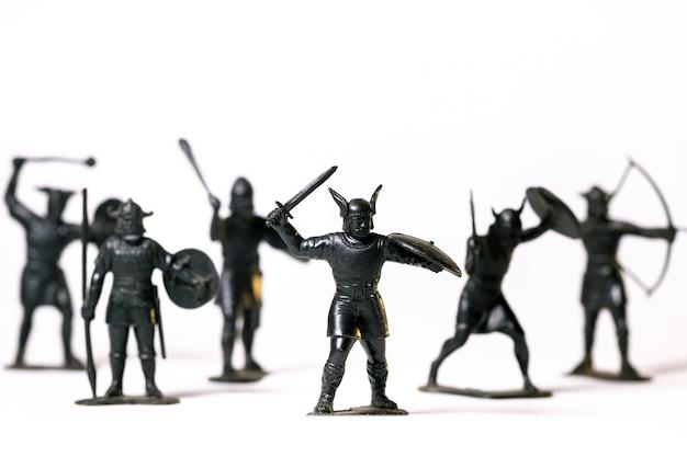 Vintage speelgoed zwarte viking soldaten geïsoleerd op een witte ondergrond