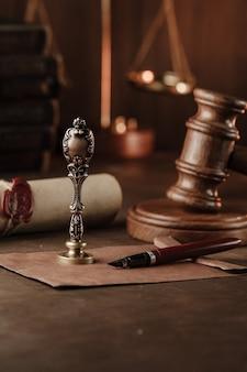 Vintage stempel, houten hamer en testament. notaris. verticale afbeelding