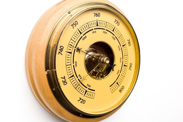 Vintage stijl barometer geïsoleerd op een witte muur - afbeelding
