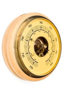 Vintage stijl barometer geïsoleerd op een witte muur