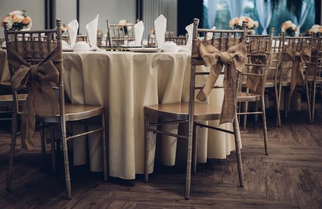 Vintage stijl eettafel arrangement
