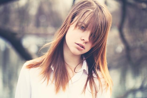 Vintage stijl portret van jong mooi meisje met winderig haar