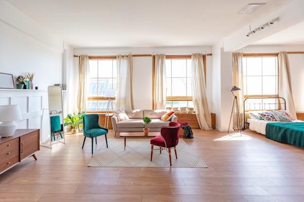 Vintage studio appartement interieur in lichte kleuren in oude stijl