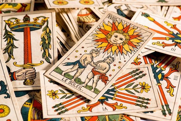 Vintage tarotkaarten liggen rommelig