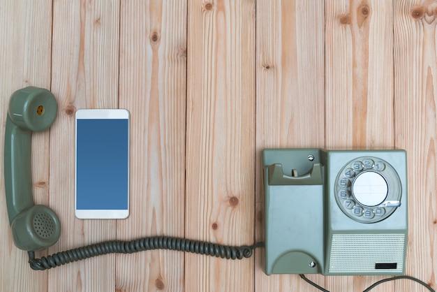 Vintage telefoon en nieuwe smartphone