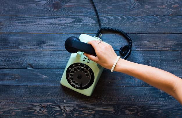 Vintage telefoon, koffie, biscotti, telefoongesprek, trieste vrouw,.