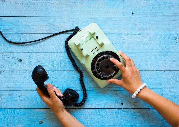 Vintage telefoon, koffie, biscotti, telefoontje, trieste vrouw, vrije ruimte voor tekst.