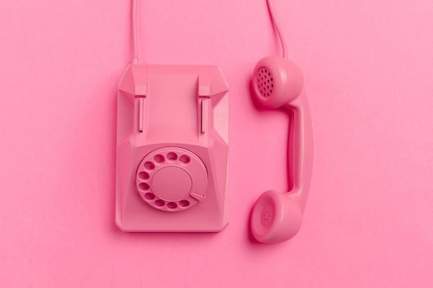 Vintage telefoon op kleur achtergrond