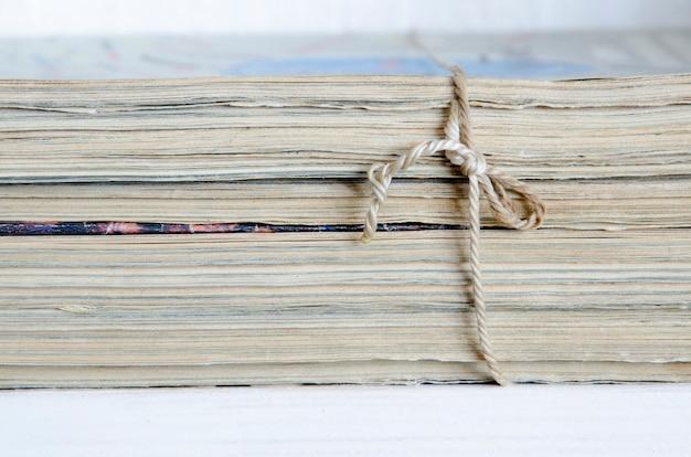 Vintage tijdschriften stapel gebonden met oud touw