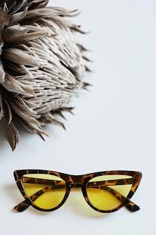 Vintage tortoise zonnebril met gele lenzen op de witte achtergrond.