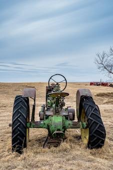 Vintage tractor verlaten in een weiland op de prairies in saskatchewan