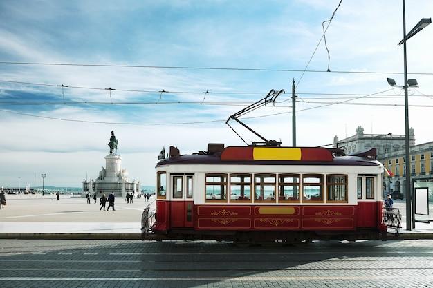 Vintage tram op het commerce square in lissabon, portugal