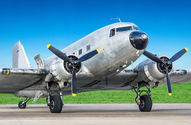 Vintage turboprop vliegtuig geparkeerd op de luchthaven