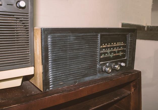 Vintage tv en radio op een tafel