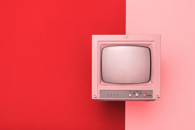 Vintage tv met kinescope op een tweekleurige achtergrond. getinte afbeelding van retro elektronica.