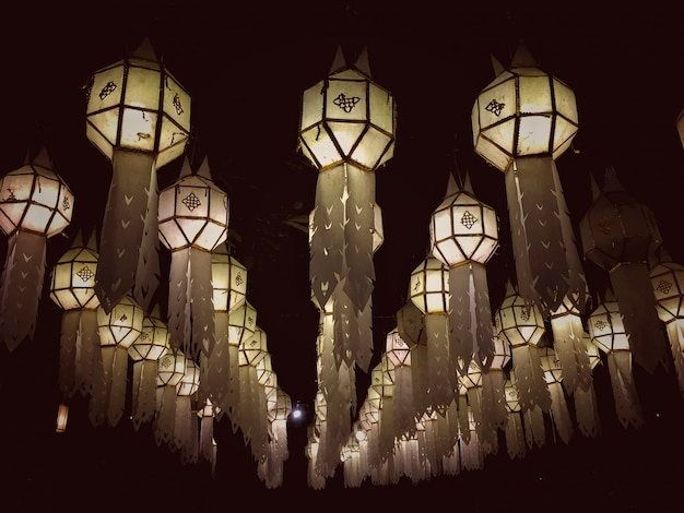 Vintage van papieren zakdoekje lantaarns opknoping van de vloer 's nachts. papieren lampen.