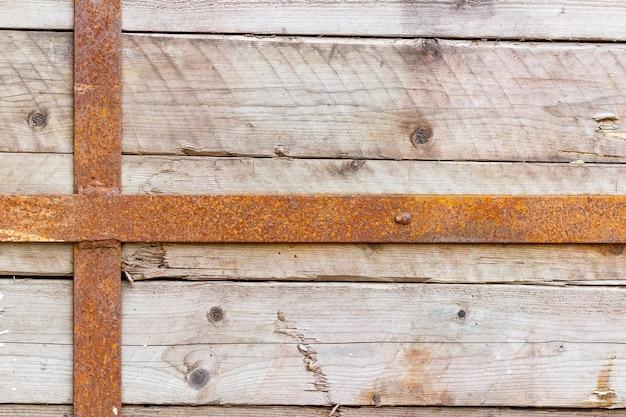Vintage verweerde houten planken bevestigd met roestige metalen strepen. natuurlijke houtstructuur. abstracte achtergrond
